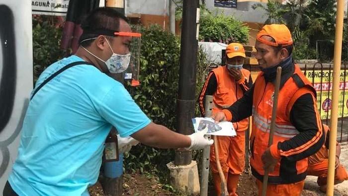 Untuk memutus penyebaran COVID-19, PT Indra Karya bersama Satgas Bencana BUMN Wilayah DKI Jakarta bagikan masker. Ada 45.000 masker yang dibagikan.