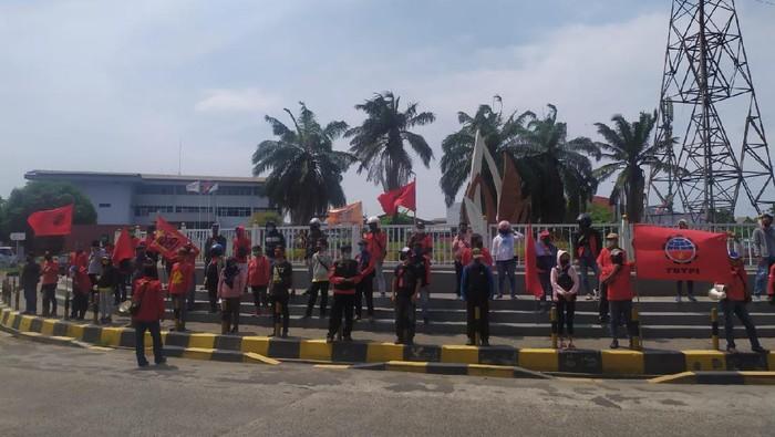 Demo buruh di kawasan industri JIEP Pulogadung.