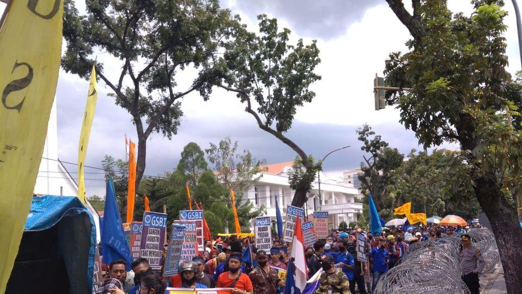 Minta Omnibus Law Dicabut, Massa Buruh Demo di Depan Kantor Gubsu