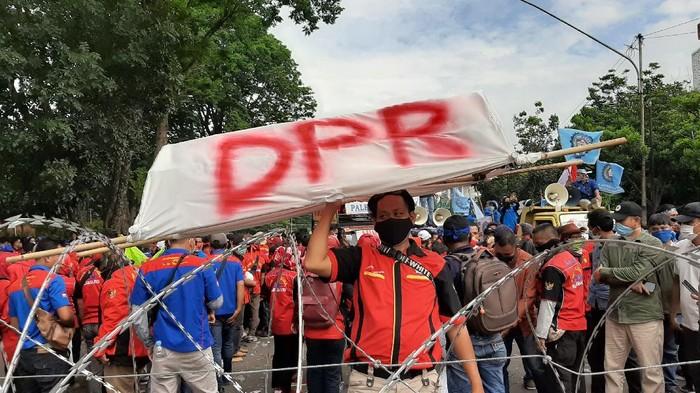 Demo tolak omnibus law di Palembang (Raja Adil-detikcom)