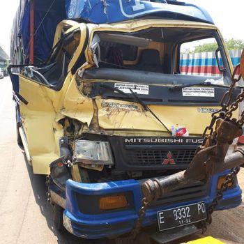 Dua Truk Kecelakaan Beruntun di Km 19 Tol Tambun arah Jakarta