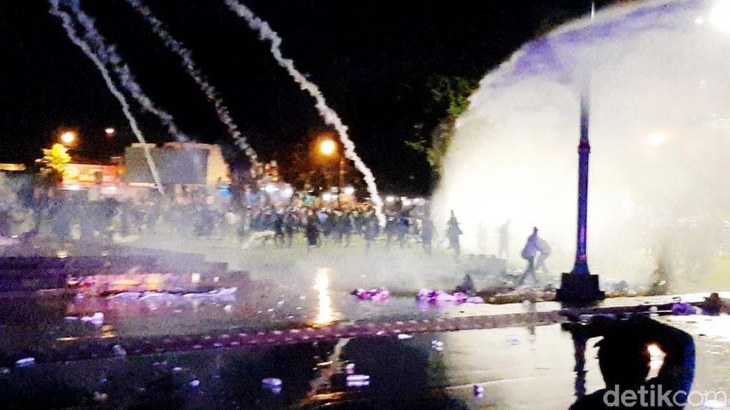 Gas Air Mata-Water Cannon Bubarkan Demo Omnibus Law di Banyumas