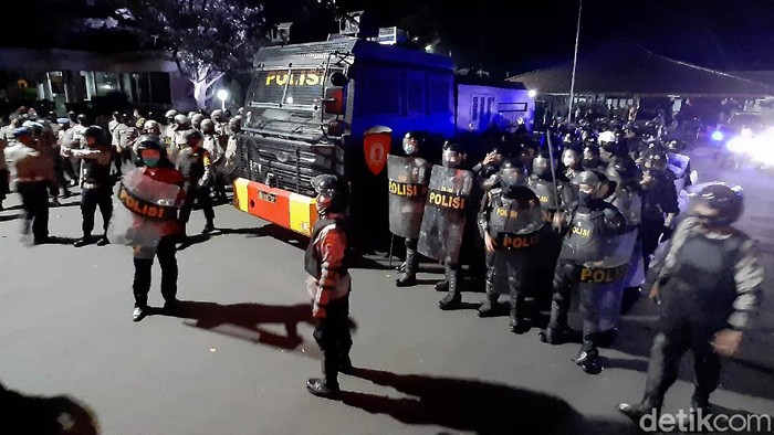Massa mahasiswa dari berbagai universitas di Kota Purwokerto dan organisasi masyarakat (ormas) di Banyumas masih bertahan menunggu Bupati Banyumas meneken dukungan penolakan UU Omnibus Law Cipta Kerja. Polisi akhirnya menembakkan gas air mata untuk membubarkan massa.