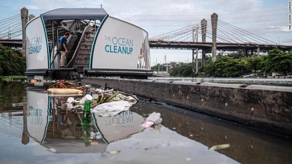 Jutaan ton plastik masuk ke lautan setiap tahun. Hampir semuanya mengalir dari sungai dan hanya ada 10 sungai yang paling berpolusi dan mengalirkan sekitar 90% dari sampah plastik itu. Data ini didasarkan pada sebuah studi tahun 2017 dari Helmholtz Center for Environmental Research.
