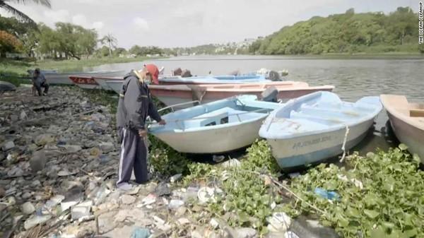 Interceptor di belahan dunia yang lain baru-baru ini mulai menghilangkan polusi sungai di dekat muara Rio Ozama, Republik Dominika. Catamaran pemungut sampah modern adalah pemandangan yang aneh namun menyenangkan bagi nelayan lokal berusia 73 tahun, Luis Peguero.