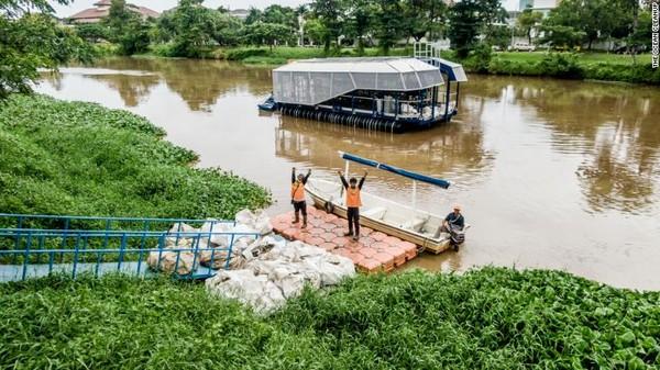 Kapal otonom Interceptors 001 telah bekerja di Jakarta, Indonesia. Keberadaannya untuk menarik plastik dari saluran air yang ada di kawasan Cengkareng.