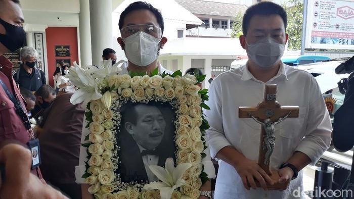 Jenazah pengusaha Robby Sumampow dimakamkan hari ini. Sebelum pemakaman, keluarga gelar misa pemberangkatan jenazah di ruang E Thiong Ting, Kamis (15/10).