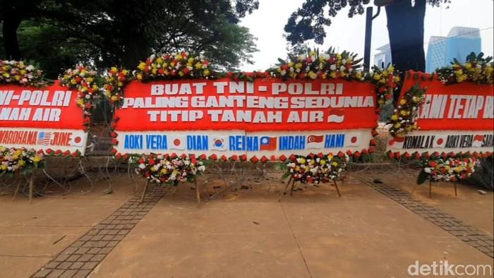 Karangan bunga untuk TNI-Polri di sekitar patung kuda, Jakarta.