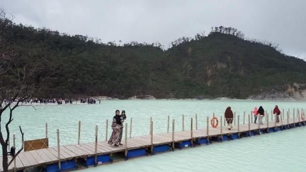 Sekarang kawah menjadi salah satu destinasi favorit wisatawan saat ke Jawa Barat. (gemabayu48/dTraveler)