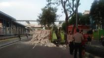 Truk Muatan Hebel Tabrak Pohon di Kemayoran Jakpus, Sopir Terluka