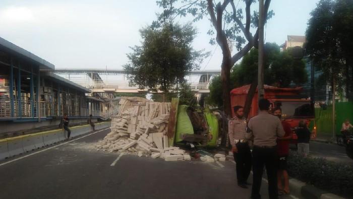 Kecelakaan truk terguling di Kemayoran