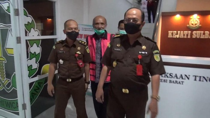 Pejabat Dinas Pertanian Mamasa, Murnianto (rompi pink) ditahan, Kamis (15/10/2020).