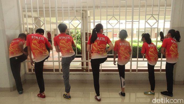 Sejumlah atlet mempersiapkan diri sebelum mengikuti Virtual Wushu Championship 2020 di Sekolah Pahoa, Tangerang, Kamis (15/10/2020).