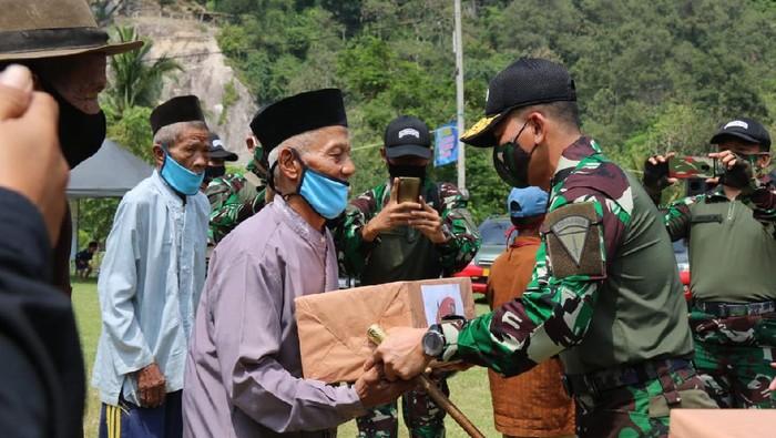 Kopassus Bagi 120 Paket Sembako untuk Warga Terdampak COVID di Purwarkarta
