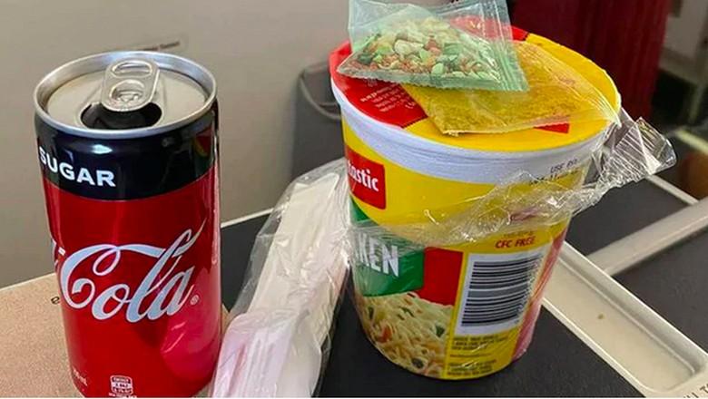 Penumpang pesawat kelas bisnis akhir-akhir ini dapat makanan yang nyeleneh selama pandemi Corona. Seorang penumpang mengaku cuma diberi makan mie instan cup!