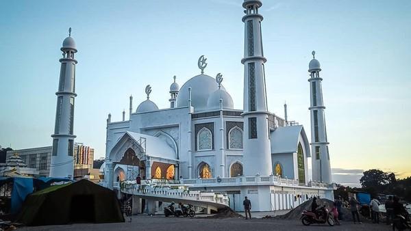 Nama Masjid Al-Hakim di Pantai Padang disebut sebagai ikon wisata halal di Sumbar. Namun, video tiktok wanita joget disebut mencederai citra tersebut (@hendrachanel_/Instagram)