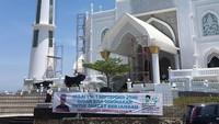 Video tersebut diduga dibuat di Masjid Al-Hakim, Pantai Padang, Sumbar. Masjid yang dibangun dengan gaya Taj Mahal tersebut baru dibuka pada September lalu dan menjadi ikon wisata halal di Sumbar (@infopadang/Instagram)
