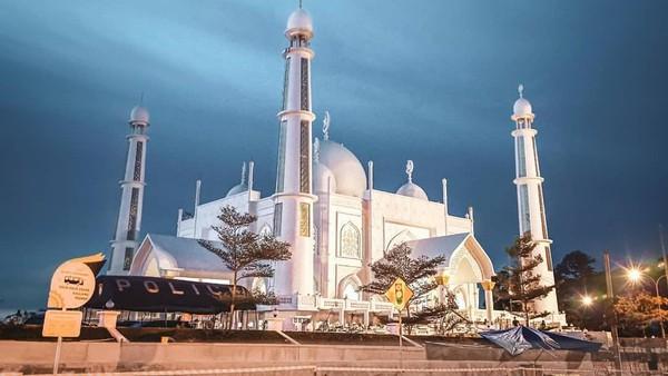 Wacananya, masjid itu baru akan diresmikan oleh Presiden RI pada saat pelaksanaan MTQ Nasional di bulan November ini (@hendrachanel_/Instagram)
