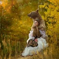 Mila memulai idenya dengan membuat serangkaian adegan yang terinspirasi dari fantasi yang menampilkan Stepan berpose bersama para model dalam pakaian tradisional Rusia. (dok Mila Zhdanova)