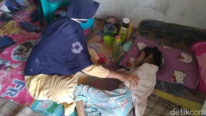 Neiha (11) gadis cilik asal Batang kini hanya terbaring lemah tak berdaya gegara kanker kelenjar getah bening yang menggerogotinya. Neiha putri driver ojol ini hanya terus terbaring di tempat tidurnya, Kamis (15/10/2020).