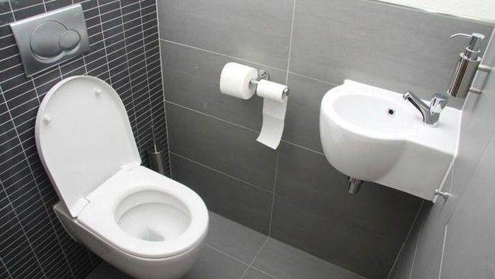 Pamer Hasil Kerjanya, Petugas Kebersihan Ini Nekat Minum Air WC