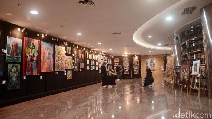 Pengunjung melihat karya lukis yang digelar di Perpustakaan Nasional, Jakarta, Kamis (15/10) bertema Crertive Freedome To Heal The Nastion -