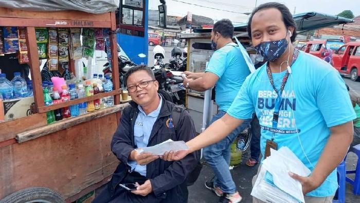 Satgas Bencana BUMN DKI Jakarta membagikan 45.000 masker bagi warga Jakarta. Hal ini untuk menekan penyebaran COVID-19.