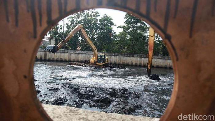 Aktivitas pengerukan lumpur gencar dilakukan di sejumlah kali yang berada di Jakarta jelang musim hujan. Kegiatan itu dilakukan sebagai upaya pencegahan banjir.