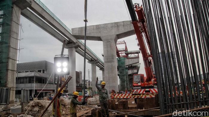 Sejumlah pekerja mengerjakan proyek tol dalam kota seksi A Kelapa Gading-Pulogebang di kawasan Kelapa Gading, Jakarta Utara, Kamis (15/10/2020).