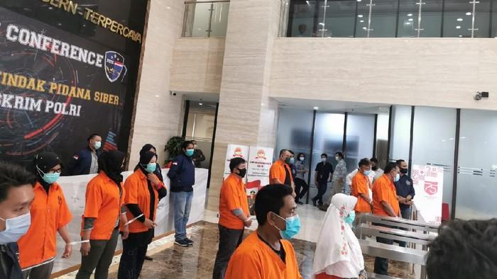 Bareskrim Polri memamerkan anggota dan petinggi KAMI yang menjadi tersangka terkait demo ricuh. Polri mengungkapkan ada 9 orang ditetapkan menjadi tersangka.