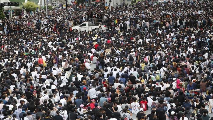 Ratusan demonstran berkumpul di Bangkok untuk menentang pemerintah yang menindak keras unjuk rasa pro-demokrasi yang digelar beberapa bulan terakhir.