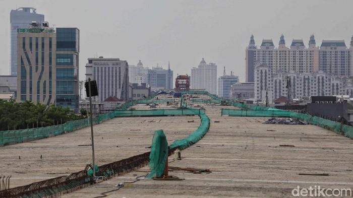 Sejumlah pekerja mengerjakan proyek tol dalam kota seksi A Kelapa Gading-Pulogebang di kawasan Kelapa Gading, Jakarta Utara, Kamis (15/10).