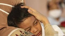 Sejumlah siswa SD di Tangerang disuntik vaksin untuk cegah penyakit campak dan rubella. Tak sedikit anak-anak yang teriak hingga menangis saat akan disuntik.