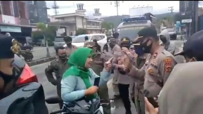 Screenshot video viral ibu-ibu marah kena razia masker (dok. Istimewa)