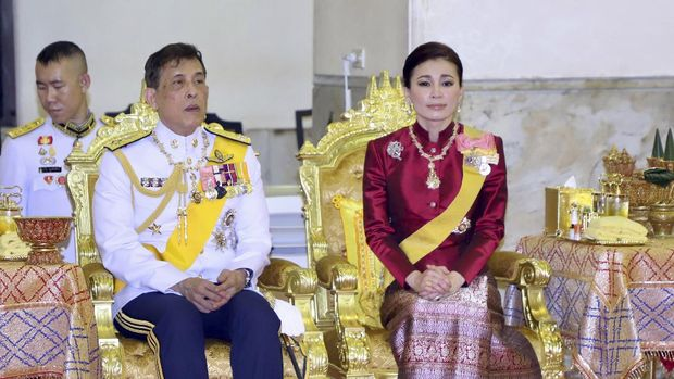 Thailand's King Maha Vajiralongkorn and Queen Suthida preside over religious rites at the annual royal Kathin ceremony at Wat Mahathat Yuwarat Rangsarit in Bangkok, Thailand, Sunday, Oct. 11, 2020. Kathin is a Buddhist religious ceremony in which robes are donated to monks at their temples, often along with living essentials such as cooking utensils and toiletries. (Matichon Newspaper via AP)