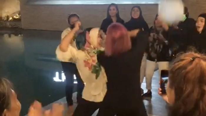 Viral emak-emak di Bone Sulsel berjoget saat pandemi (dok. Istimewa).