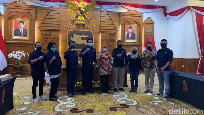 Gubernur Jawa Timur Khofifah Indar Parawansa menggelar pertemuan dengan pengurus Asosiasi Media Siber Indonesia (AMSI) Jatim. Pertemuan ini membahas rencana AMSI menggelar Konferensi Wilayah (Konferwil) AMSI kedua pada 24-25 Oktober 2020 di Batu.