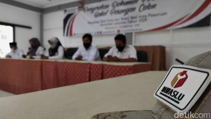Bawaslu dan KPU Kota Pasuruan kesulitan mencari pengawas dan pelaksana pemilihan tingkat TPS. Banyak masyarakat enggan mendaftarkan diri karena wajib rapid test COVID-19.