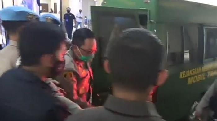 Tersangka kasus red notice Djoko Tjandra, Brigjen Prasetijo Utomo (berkacamata) tiba di Bareskrim Polri usai dari Kejari Jaksel.