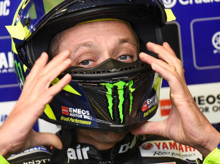 Yamahas Italian rider Valentino Rossi adjusts his helmet in the pits during a free practice session ahead of the French MotoGP race on October 9, 2020 in Le Mans. (Photo by JEAN-FRANCOIS MONIER / AFP)