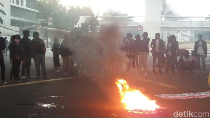 Demo di kolong flyover Kuningan, Jakarta Selatan, pukul 15.35 WIB.