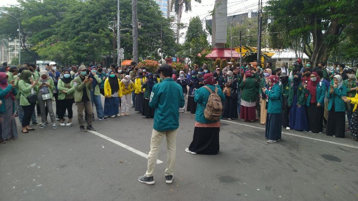 Demo Tolak Omnibus Law di Patung Kuda, Massa Mahasiswa Lakukan Aksi Teatrikal