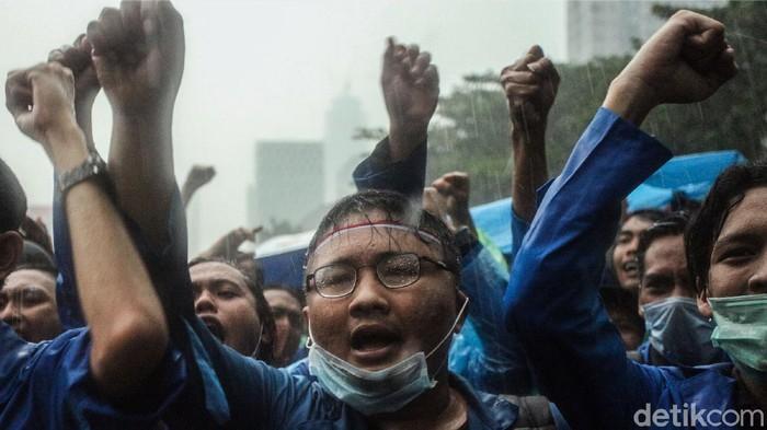 Hujan mengguyur kawasan Patung Kuda Arjuna Wiwaha, Jakpus. Massa demo menolak omnibus law UU Cipta Kerja mulai membubarkan diri.