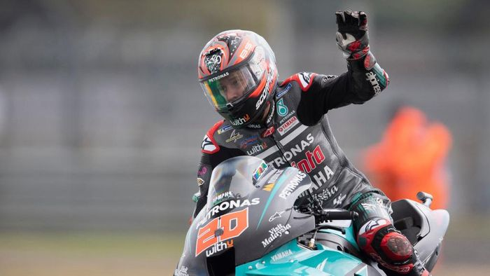 LE MANS, FRANCE - OCTOBER 11: Fabio Quartararo of France and Petronas Yamaha SRT greets the fans at the end of the MotoGP of France on October 11, 2020 in Le Mans, France. (Photo by Mirco Lazzari gp/Getty Images)