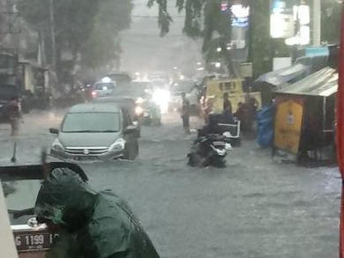 Genangan terjadi di Jalan Percetakan Negara Raya, Rawasari, Jakpus, usai diguyur hujan deras (dok. Istimewa)