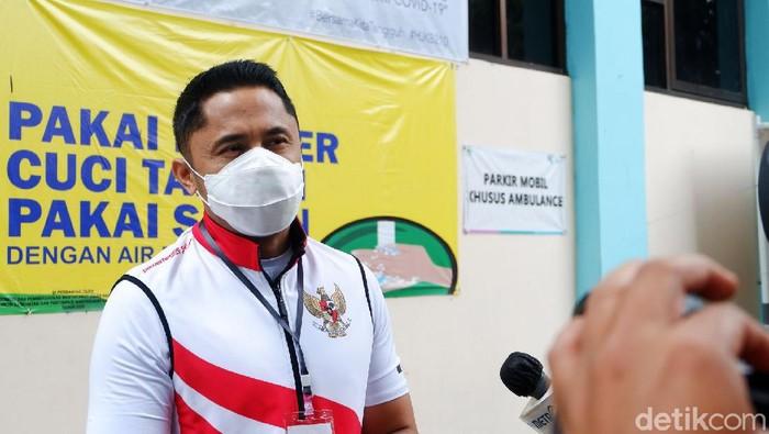 Wakil Bupati Kabupaten Bandung Barat Hengky Kurniawan resmi mendapatkan suntikan vaksin Sinovac COVID-19 hari ini, Jumat (16/10/2020). Dia dinyatakan resmi setelah mendapatkan hasil swab test negatif yang dilaksanakan pada Selasa (13/10) lalu.
