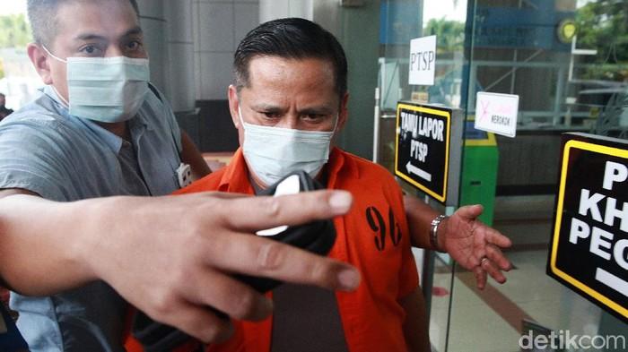 Bareskrim Polri bakal melimpahkan tahap II perkara penghapusan red notice Djoko Tjandra ke Kejaksaan Negeri (Kejari) Jakarta Selatan, Jumat (16/10/2020). Dua jenderal polisi yang menjadi tersangka dalam kasus itu mendatangi Kejaksaan Negeri Jakarta Selatan. Salah satunya Irjen Napoleon Bonaparte.