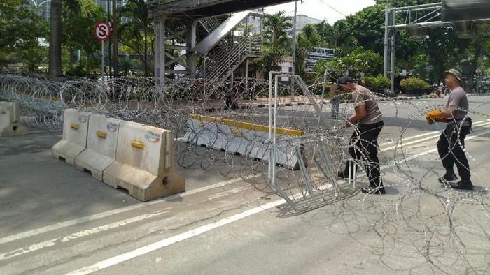 Jalan Medan Merdeka Barat ditutup jelang aksi BEM SI menolak omnibus law UU Cipta Kerja, Jumat (16/10/2020).