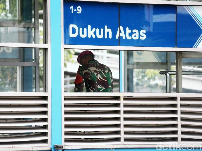 Jelang demo Badan Eksekutif Mahasiswa Seluruh Indonesia (BEM SI), pasukan Marinir disiagakan di fasilitas umum seperti JPO dan Halte Transjakarta di Jalan Sudirman, Jakarta, Jumat (16/10/2020).