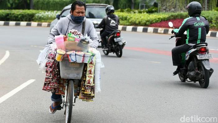 Jelang aksi demo yang akan berlangsung di kawasan Patung Kuda, Jakarta, Jumat (16/10/2020), para pedagang asongan mulai menyerbu lokasi tersebut.